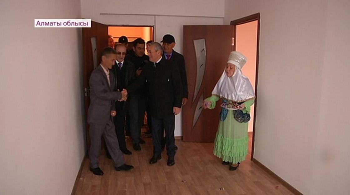 Алматы облысында кәсіпкер екі бірдей отбасыға жаңа пәтер сыйлады
