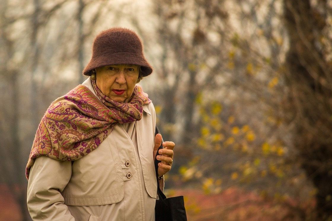взрослая женщина гуляет в парке