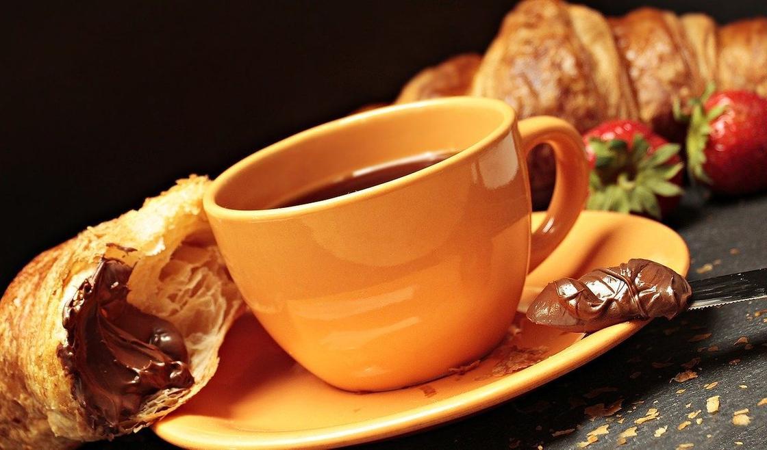 Круассан и кофе