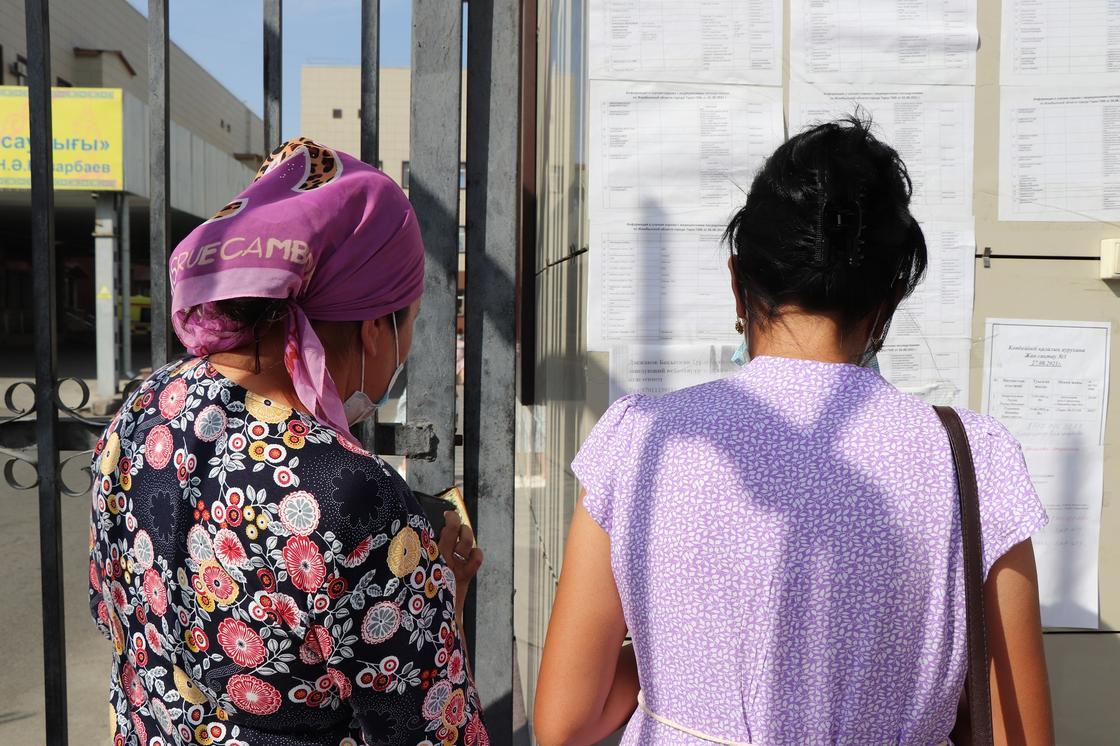 две женщины стоят спиной
