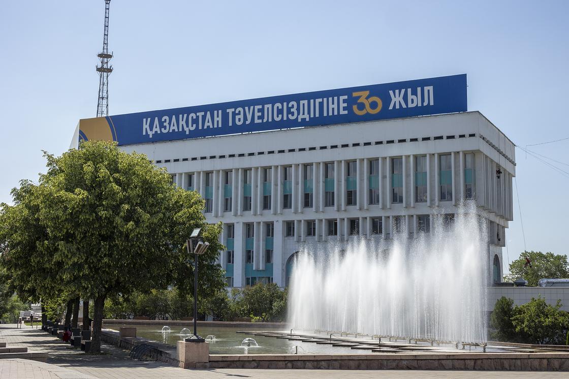 Фонтан на площади Республики в Алматы