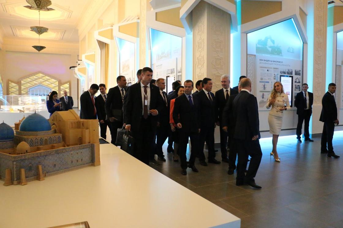 """Пропустим"": Назарбаев прервал рассказ о себе и увел под руку Путина"