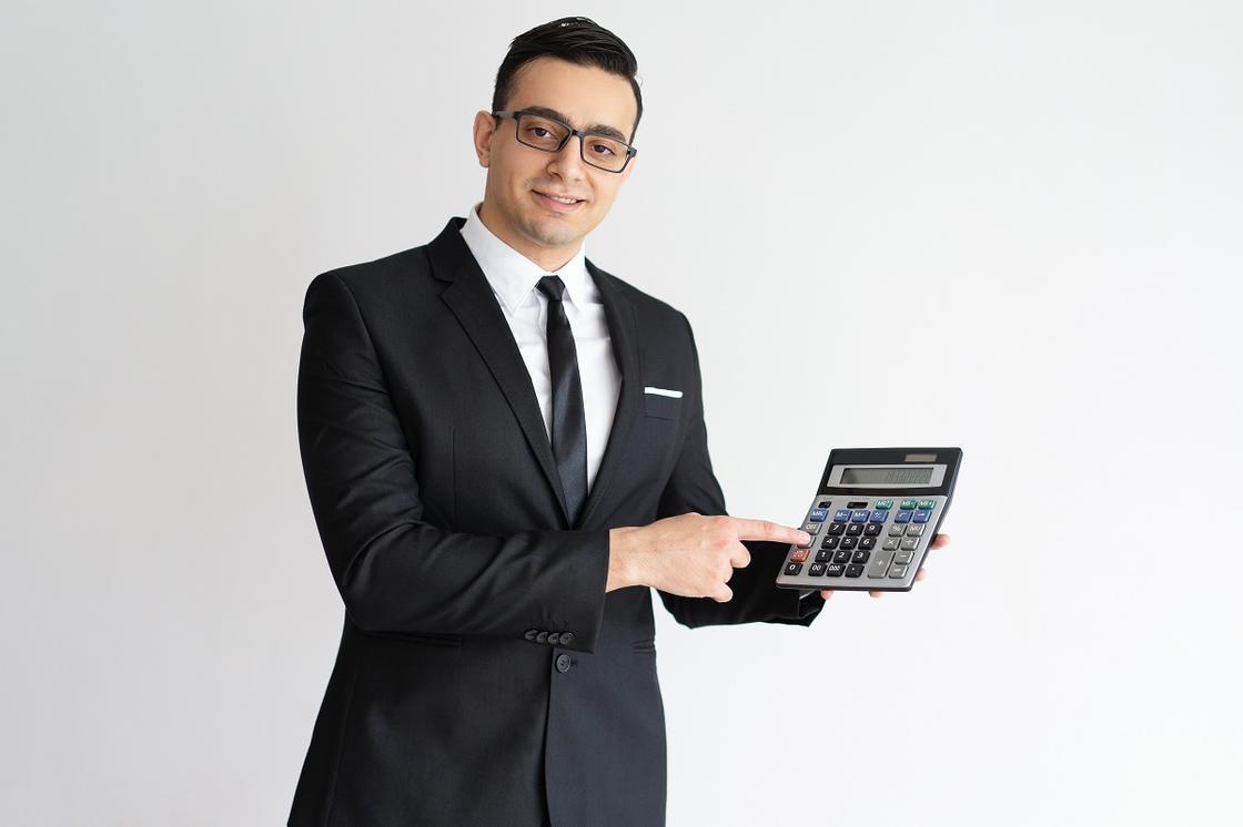 Мужчина в костюме с калькулятором