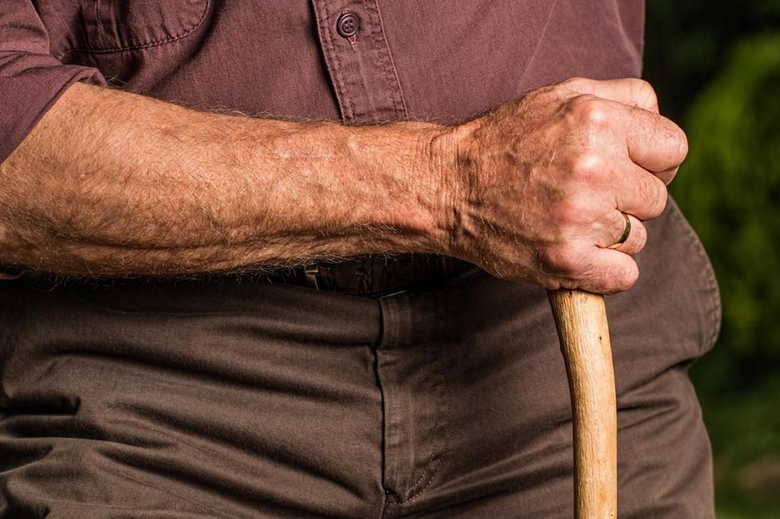 95-летнего дедушку вылечили от тяжелой формы коронавируса в Алматы