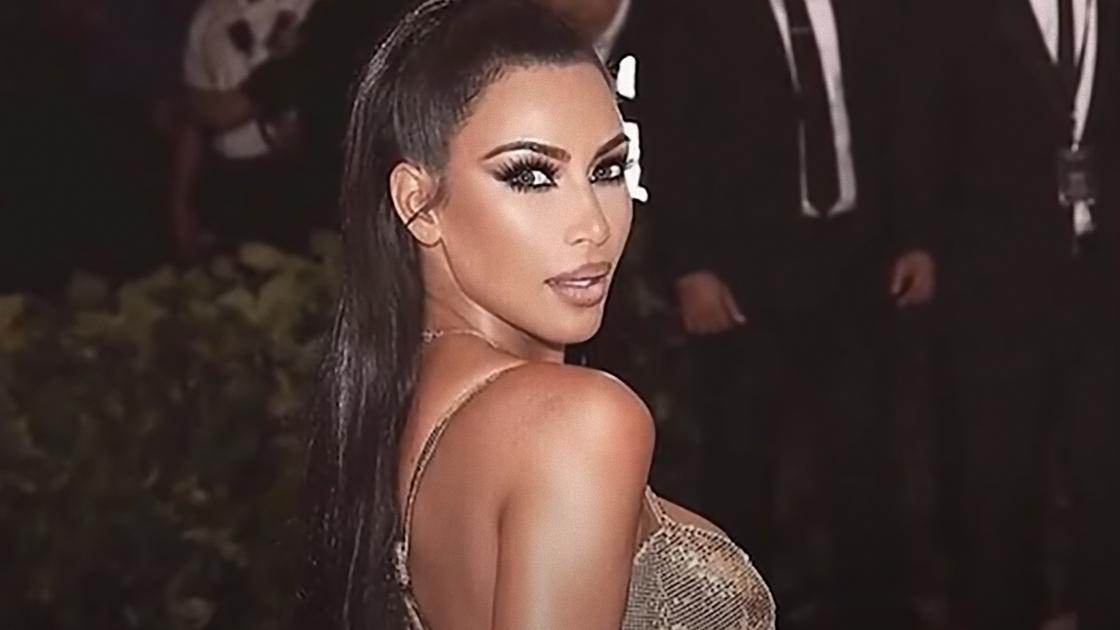 Ким Кардашьян в легком блестящем платье