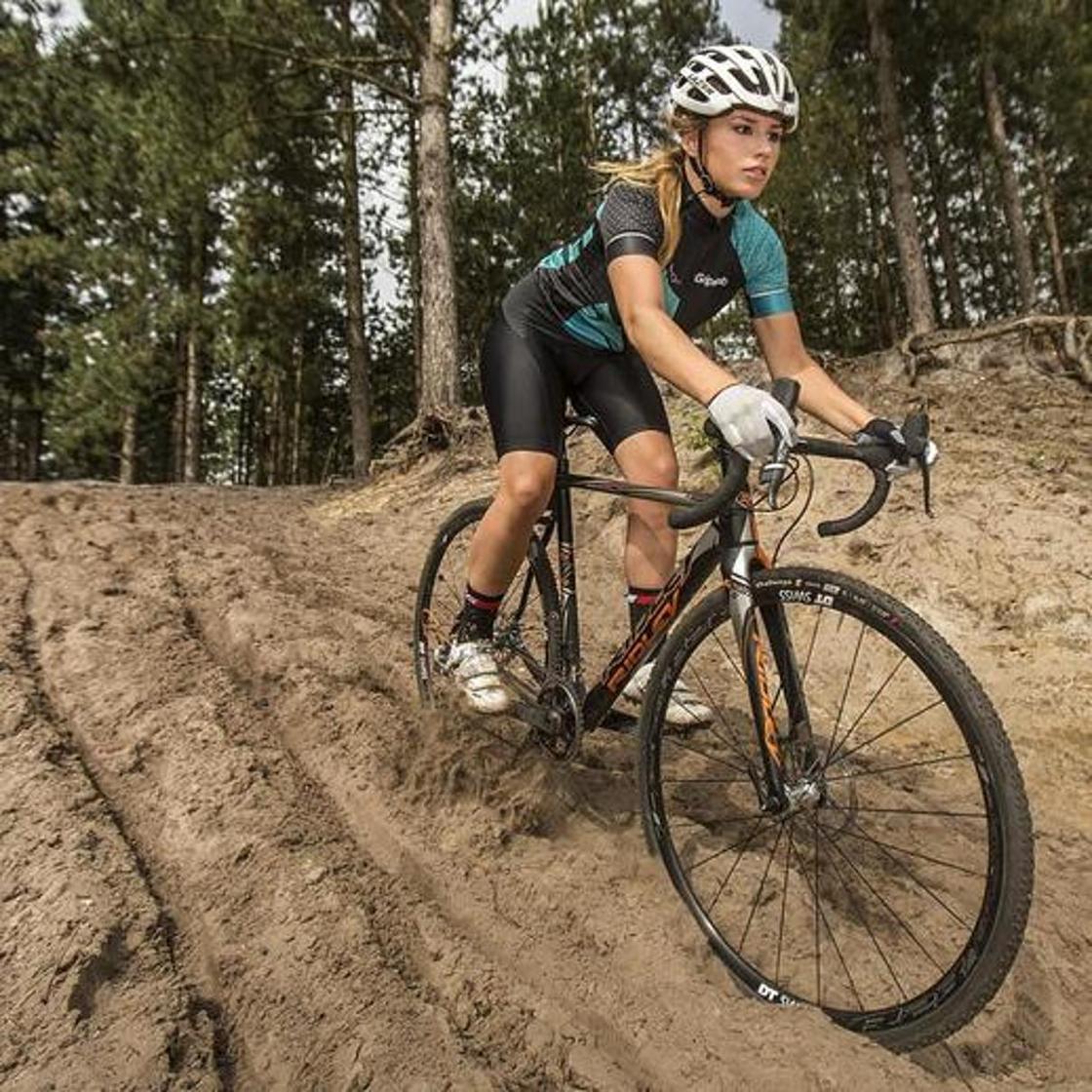 Голландиялық велосипедші қыздың сұлулығы әлемді таң қалдыруда