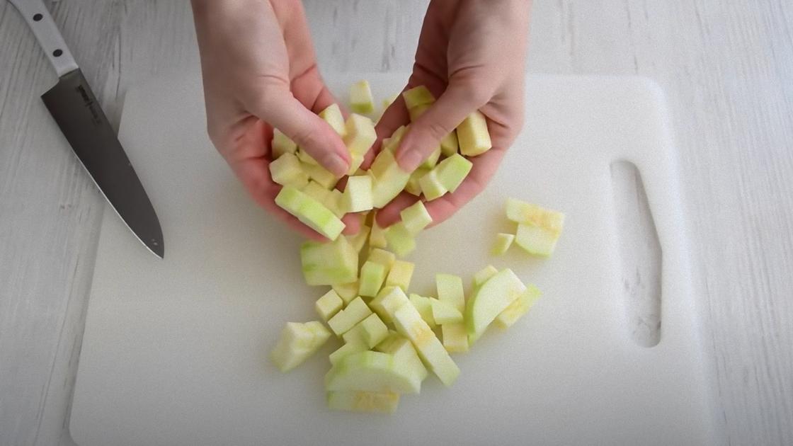 Кабачок, разрезанный кубиками