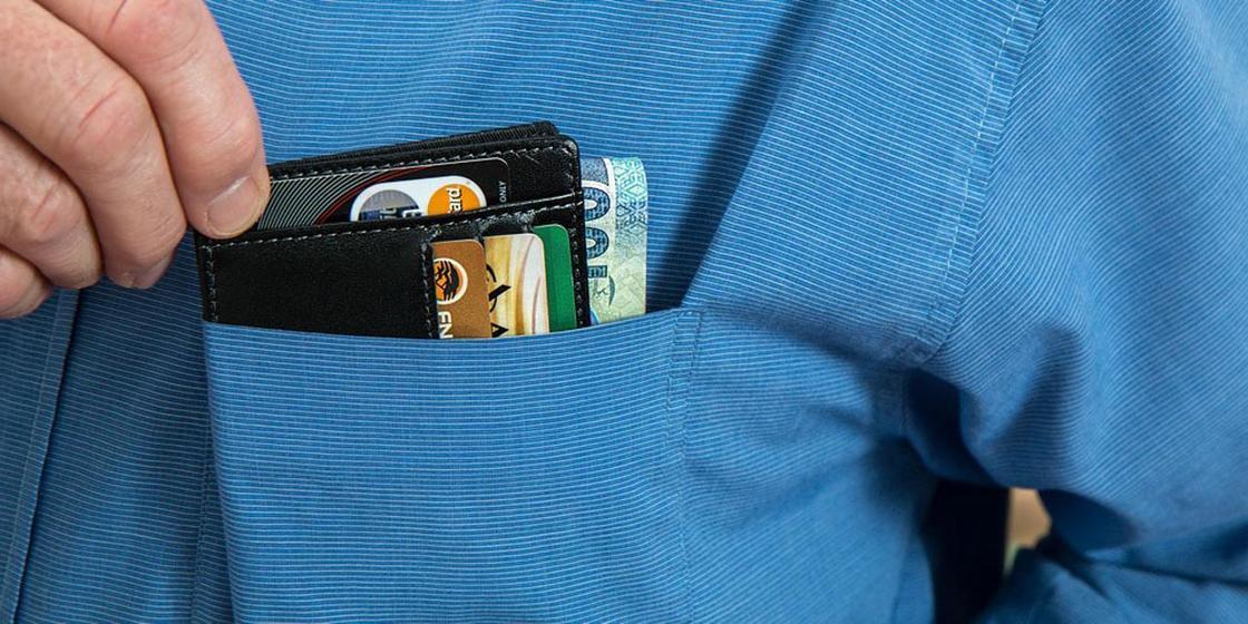 Житель Сатпаева украл банковскую карточку друга-инвалида и снял с ее все сбережения