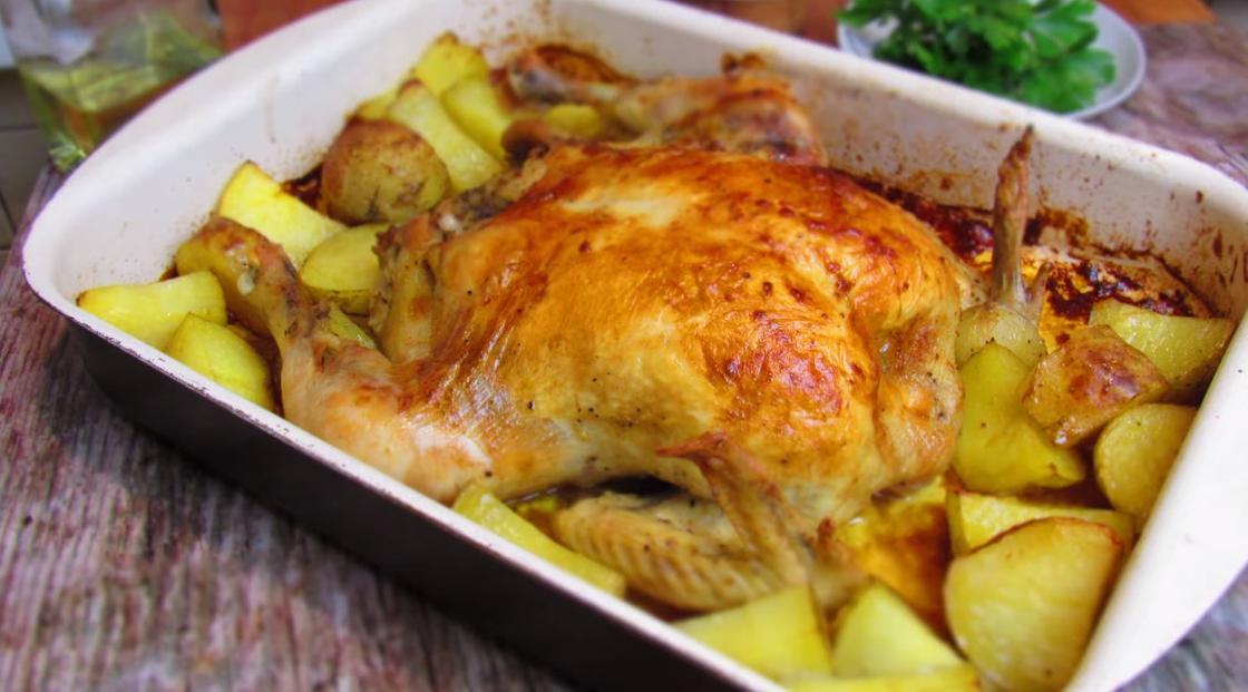 Тушка курицы с картофелем в форме для запекания