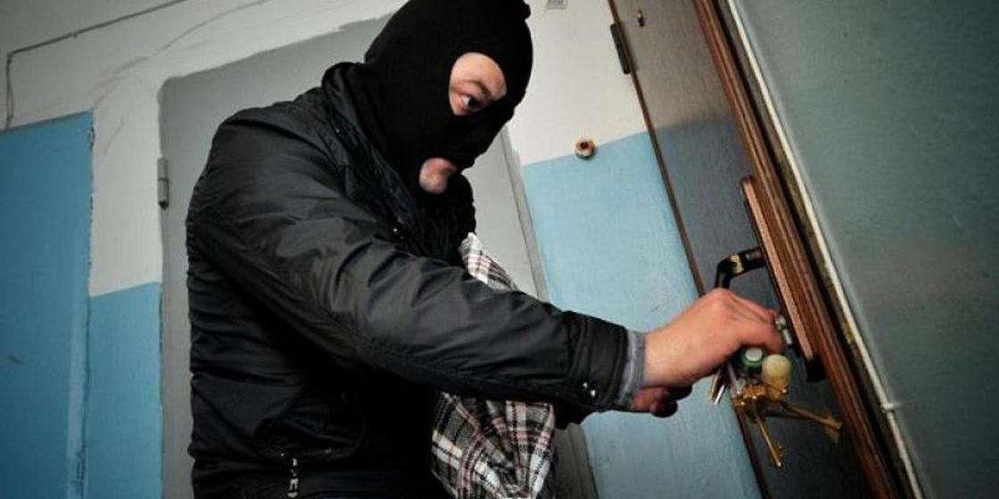 Четыре ружья и ноутбук украли у жителя Карагандинской области
