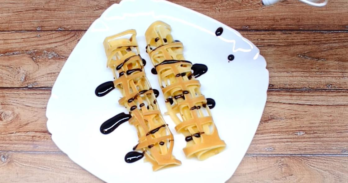 Кружевные блины на тарелке с шоколадом