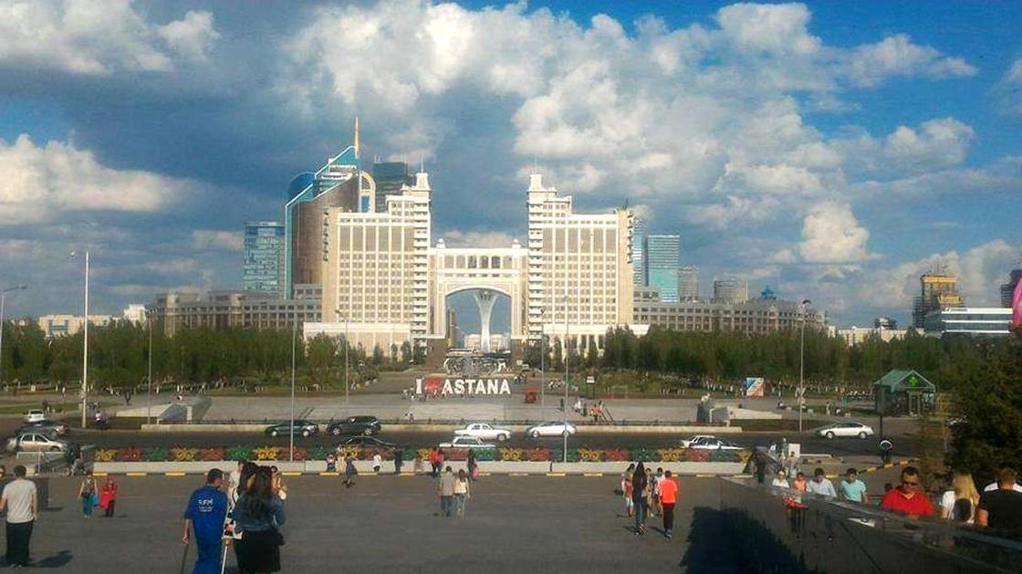 Город для автомобилей: Варламов раскритиковал дороги Астаны