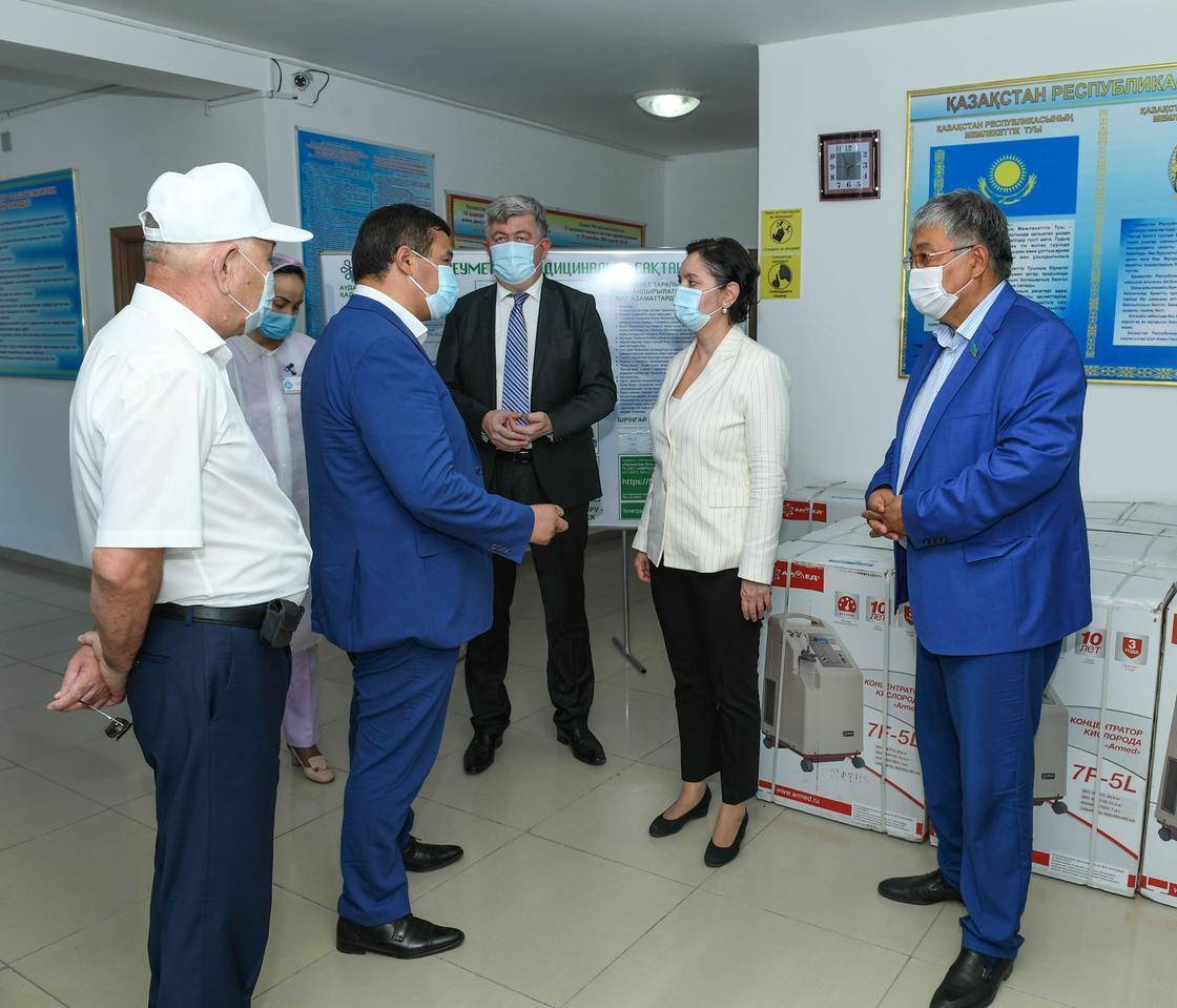 Әбдіқалықова депутат Мұхамедовпен бірге денсаулық сақтау нысандарын аралады