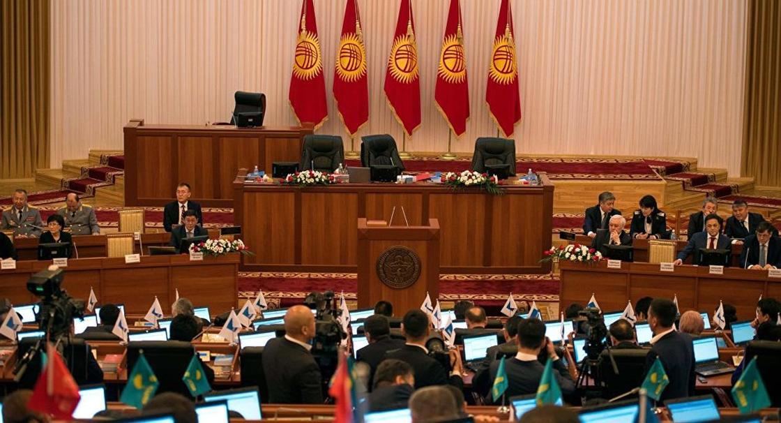 Закон о лишении экс-президентов неприкосновенности одобрил парламент Кыргызстана