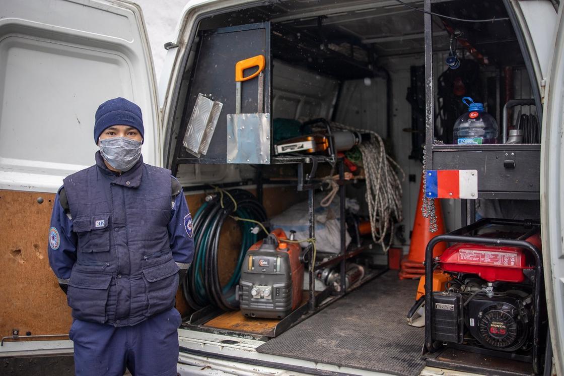 Спасатель стоит возле машины