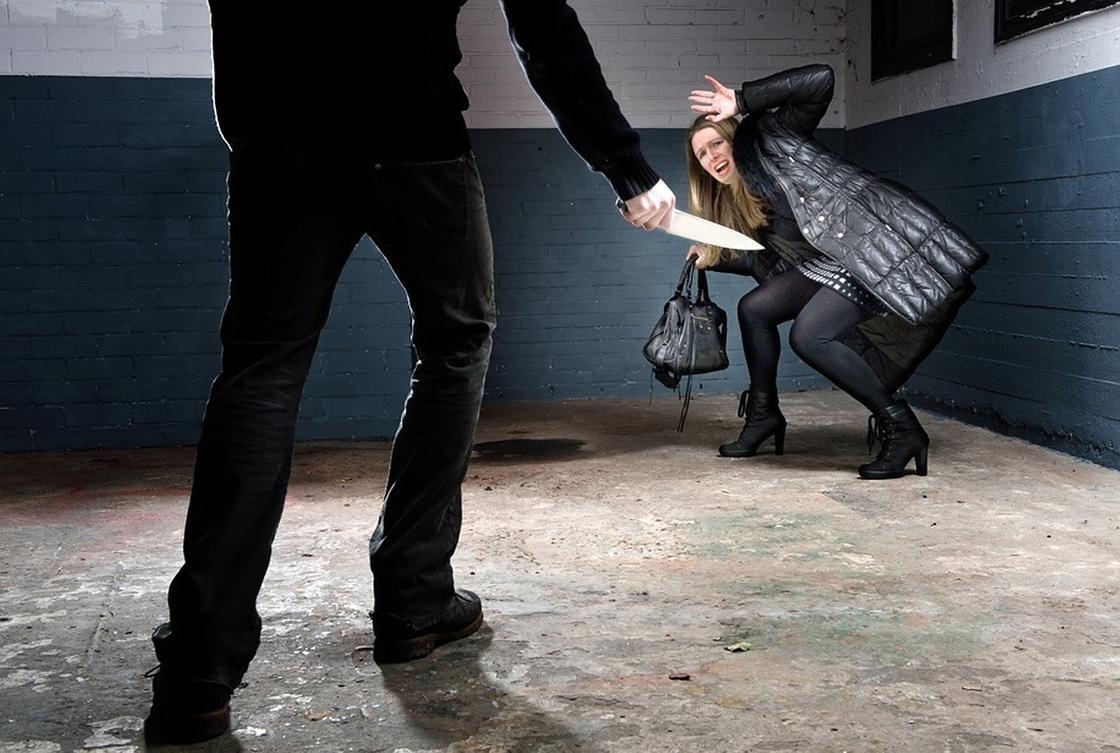 Атырауда пышақпен қаруланған қылмыскер әйел адамды шабуылдаған