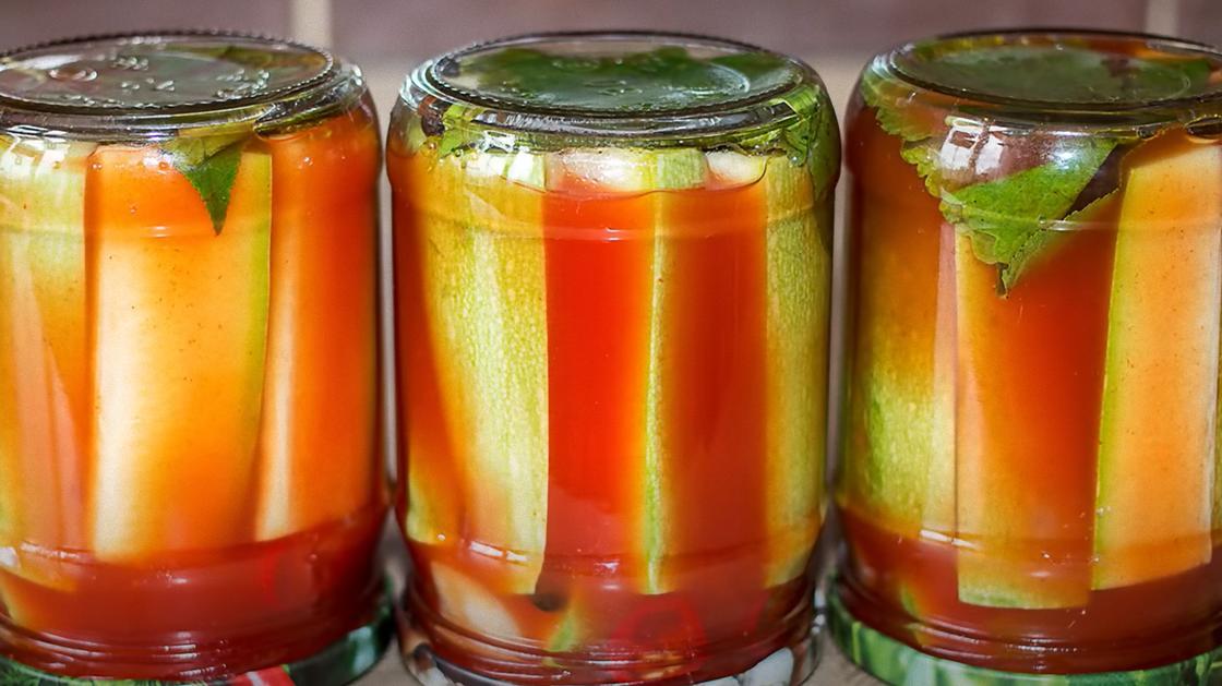 В перевернутых банках кабачки в томатном маринаде