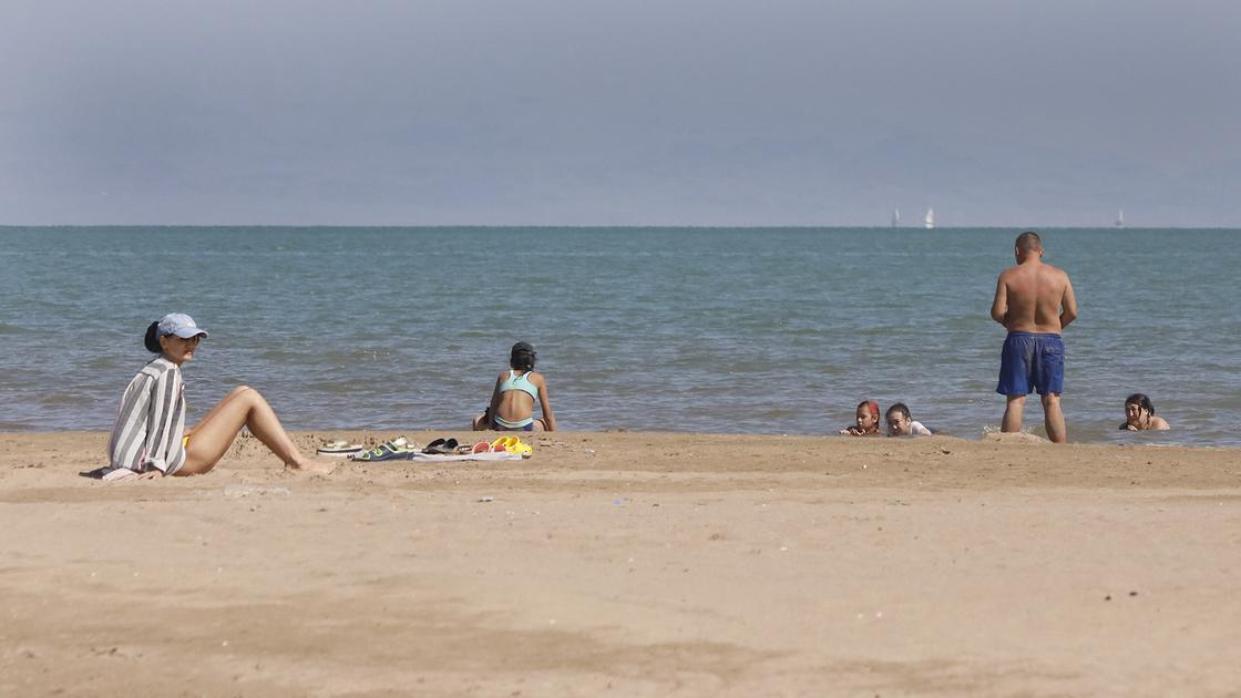 Люди сидят на пляже