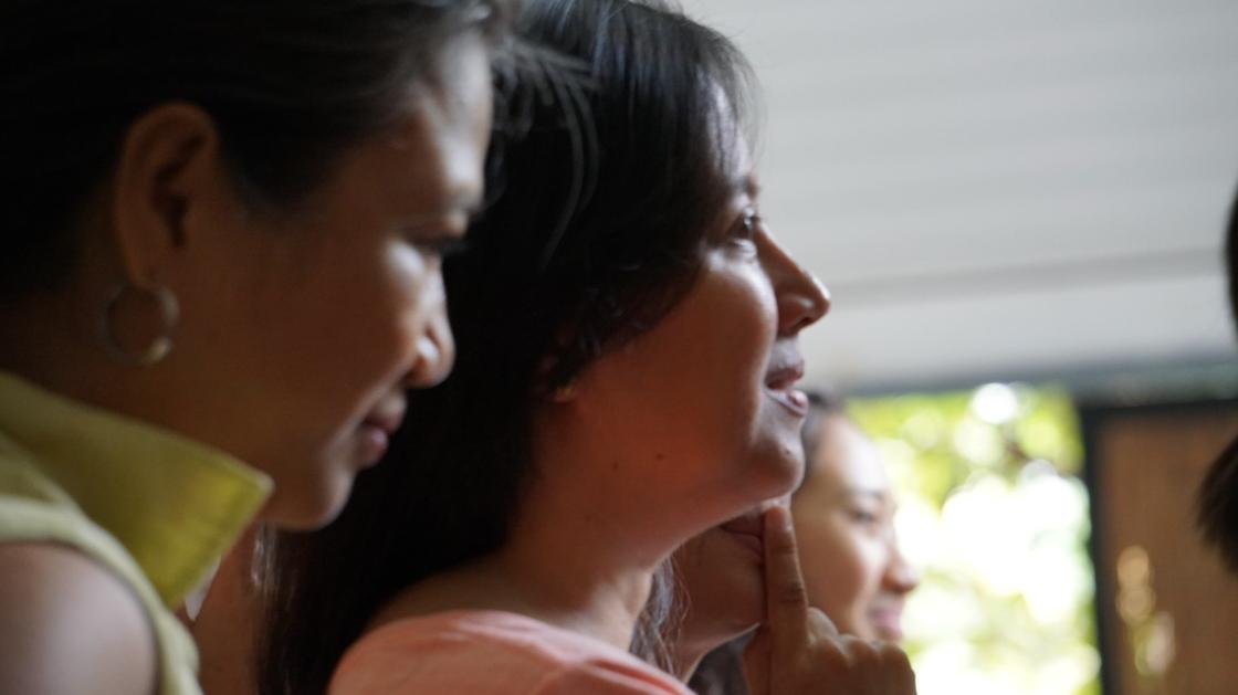 Женщины смотрят вперед и улыбаются
