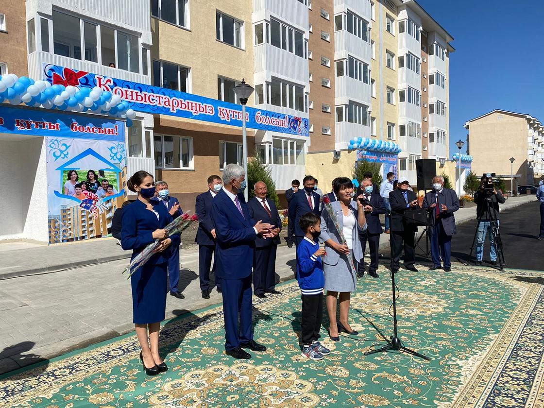 Амандык Баталов с новоселами