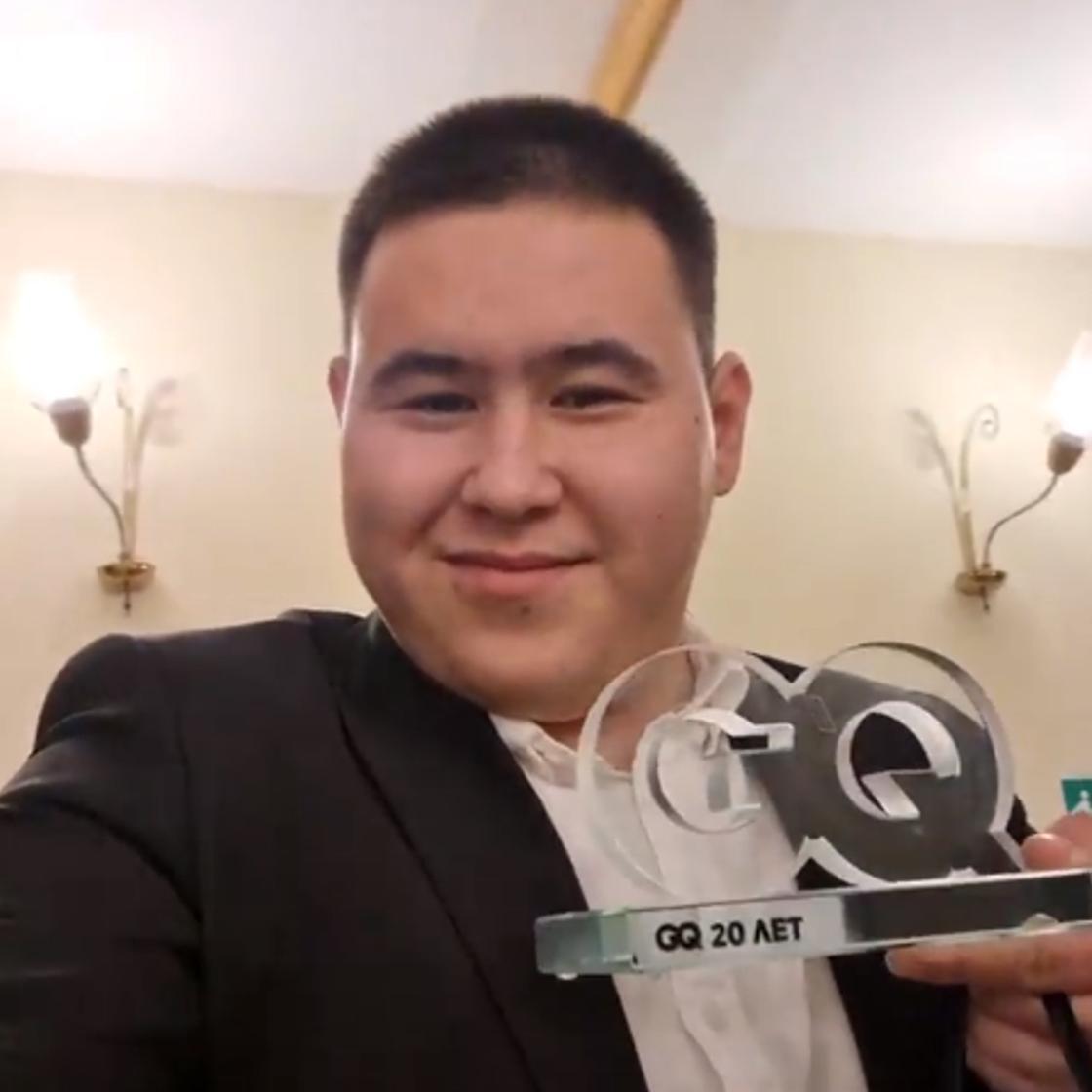 Иманбек Зейкенов держит в руках выигранную премию