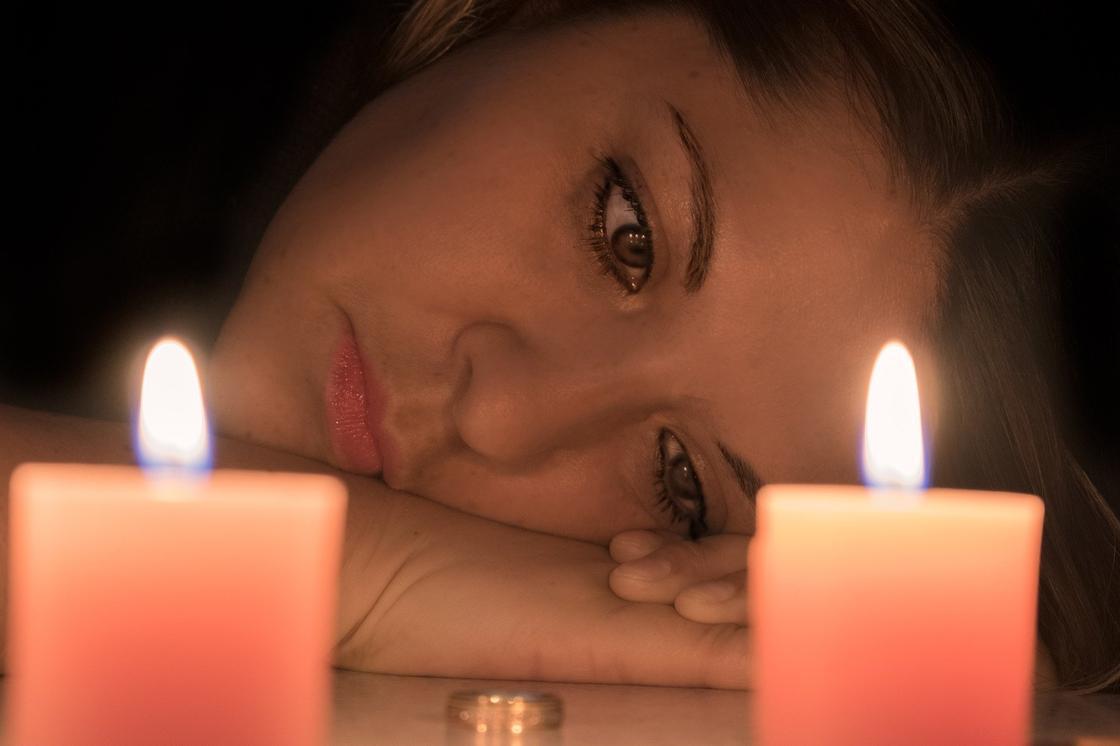 Девушка смотрит на обручальное кольцо на столе
