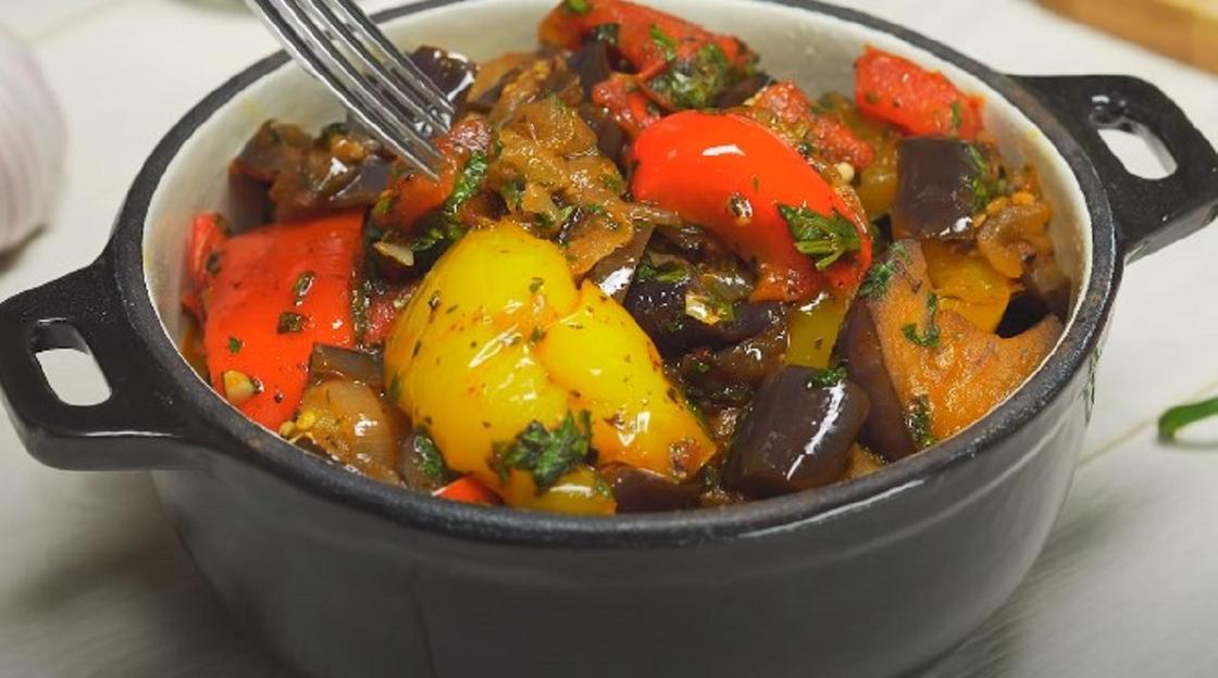Запеченная картошка с овощами в кастрюльке