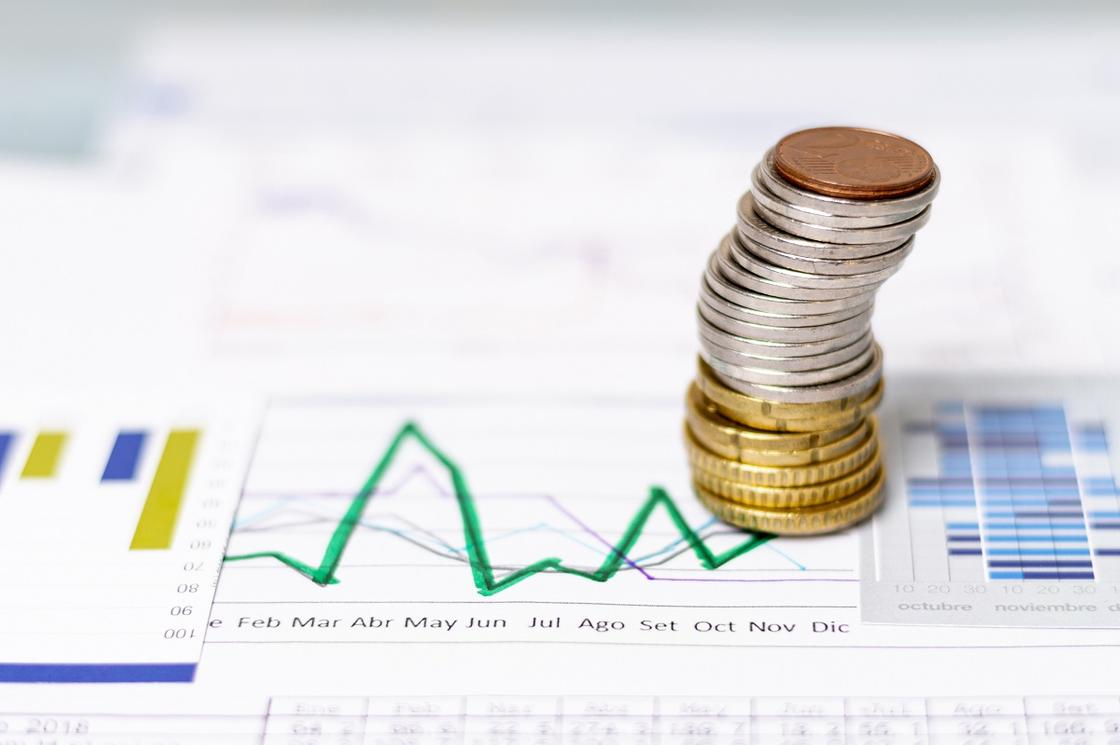 Столбик монет на биржевом отчете