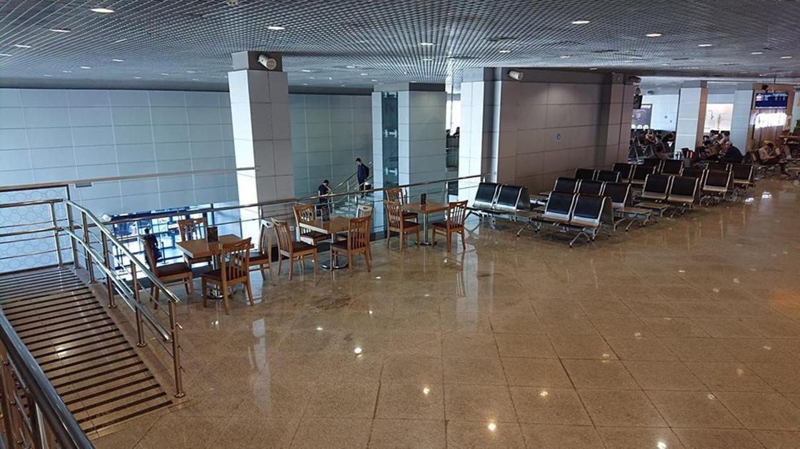 """Почему убрали """"курилки"""" с территории аэропорта Алматы"""