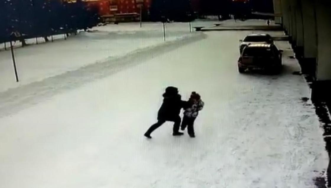 Женщина напала на проходящего мимо ребенка на улице в Зыряновске (видео)