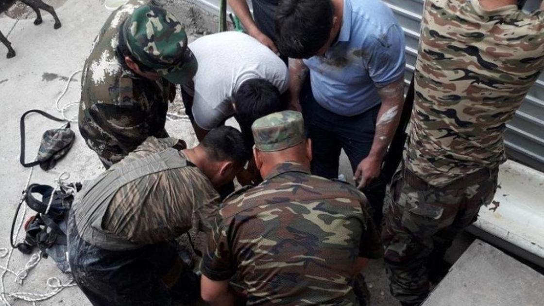 Один погиб и двое пострадали от отравления в канализационном колодце в ВКО