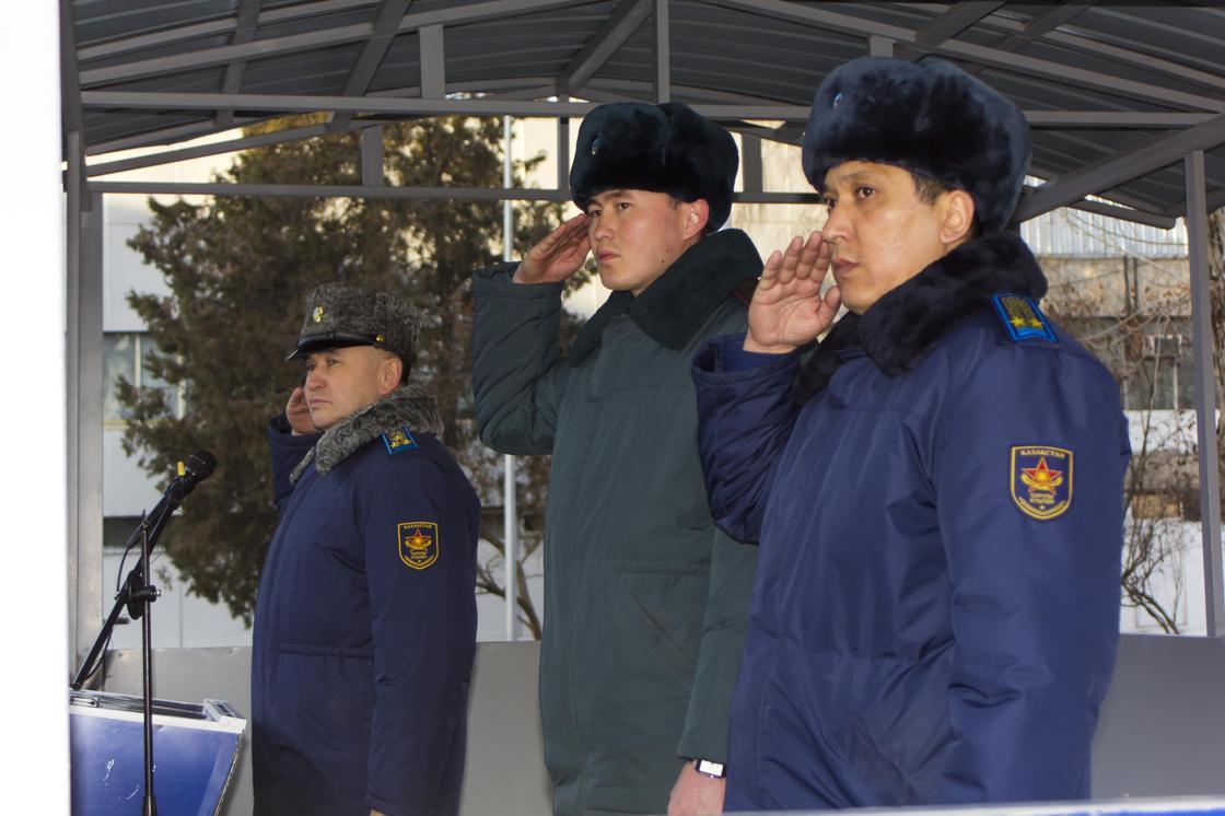 Военнослужащего наградили за проявленное мужество при спасении детей