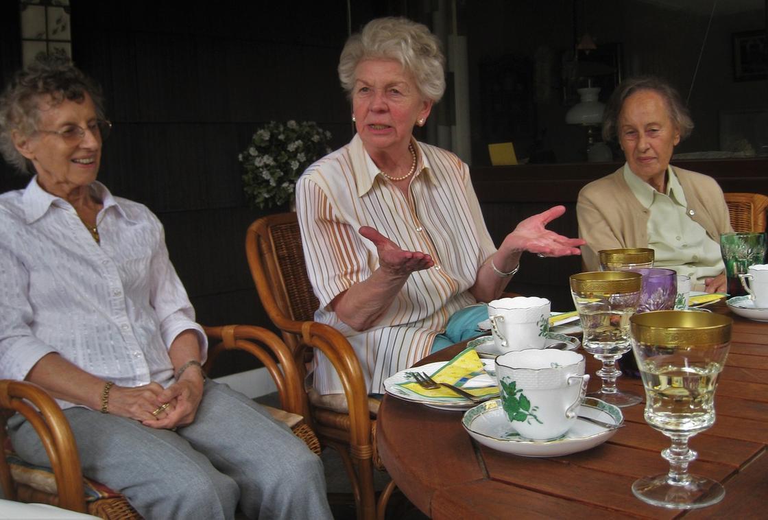 Бабушки разговаривают за столом