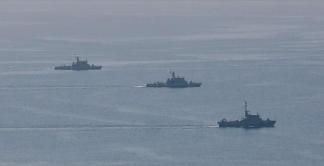 три военных корабля плывут