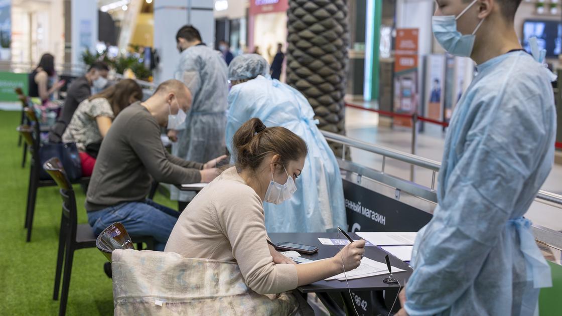 Люди подписывают согласие на прививку