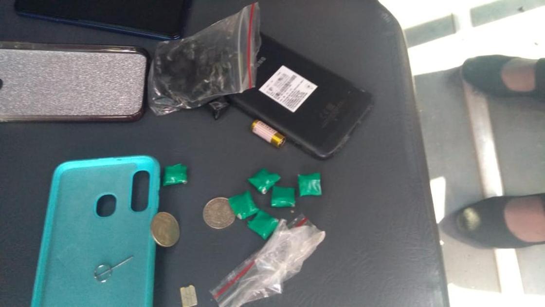 """27-летнюю """"закладчицу"""" наркотиков поймали с поличным в Павлодарской области"""