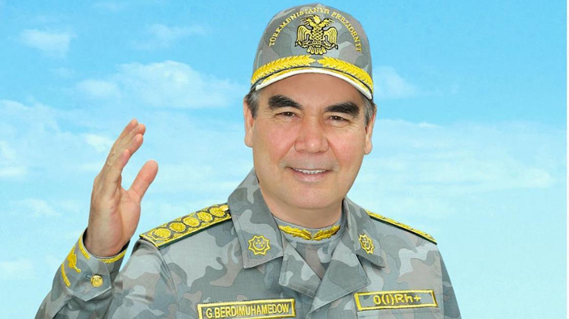 Президент Туркменистана стрелял по мишеням из пистолета, проезжая на велосипеде