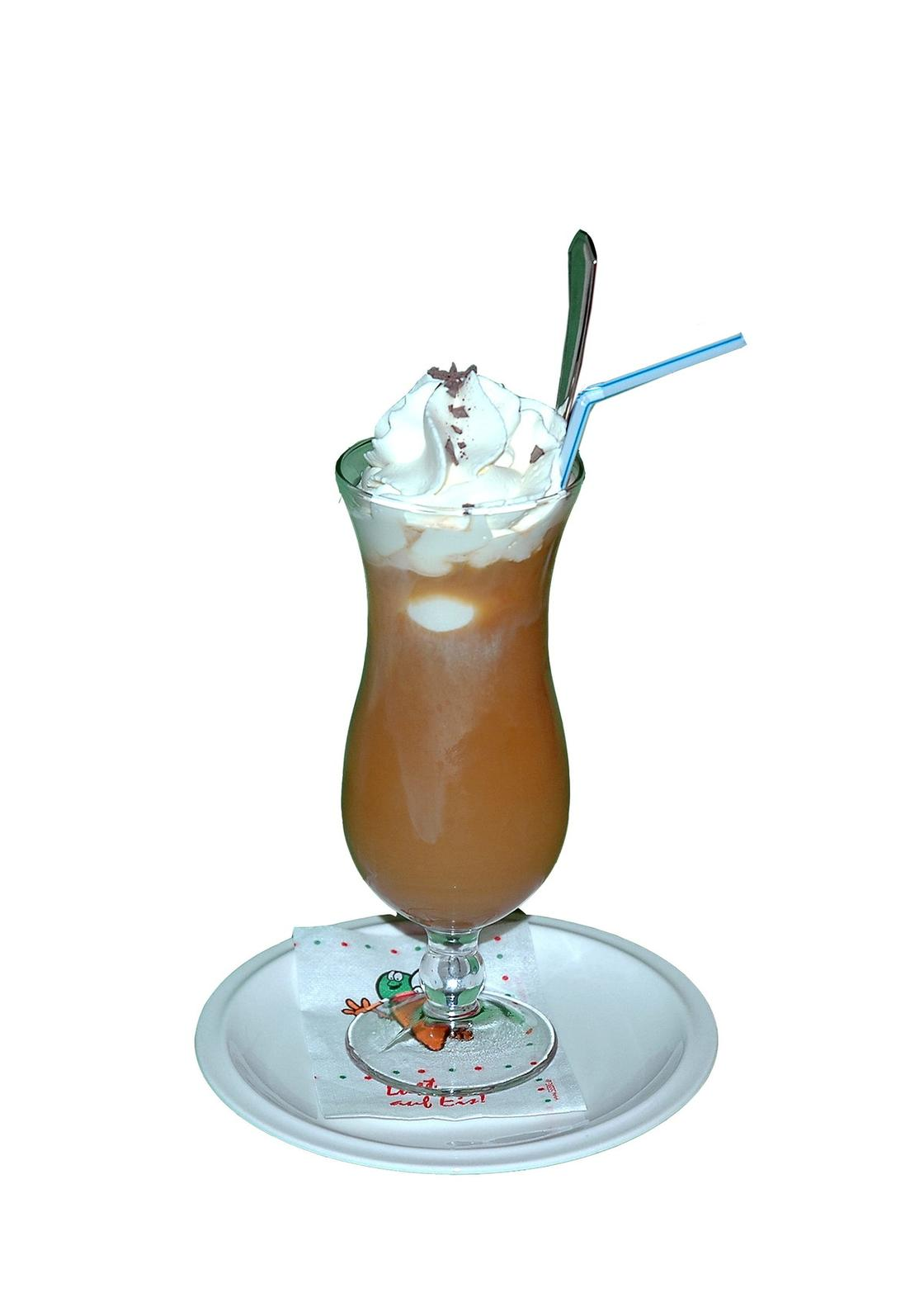 Фигурный бокал с кофе и соломинкой