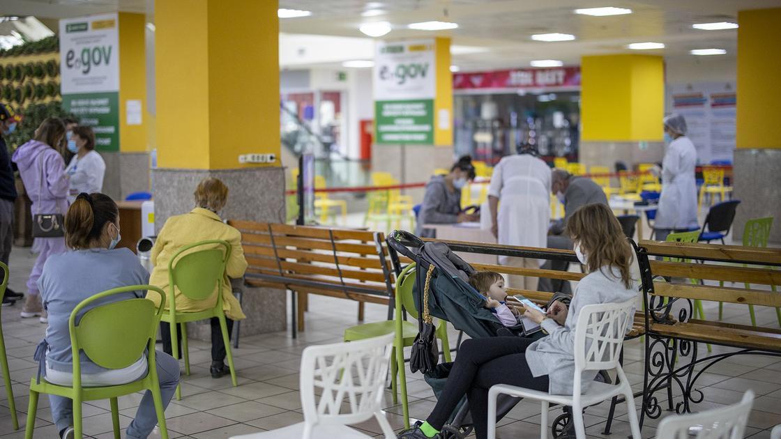 Люди сидят на стульях