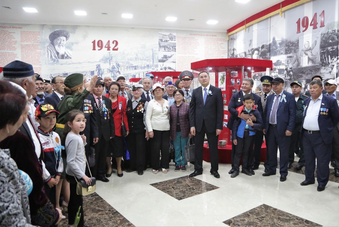"""Асқар Мырзахметов тұрғындармен бірге """"Бессмертный полк"""" шеруіне қатысты"""