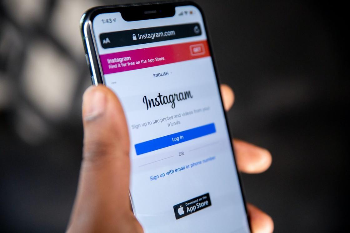 Телефон с открытой страницей авторизации в Instagram