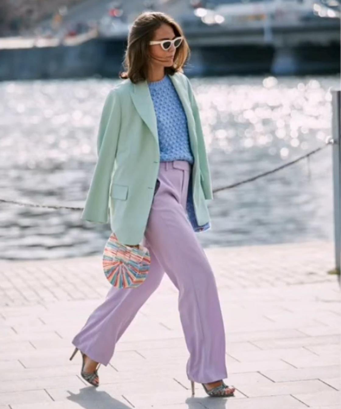 Сочетание сиреневого цвета с голубым и зеленым в модном образе