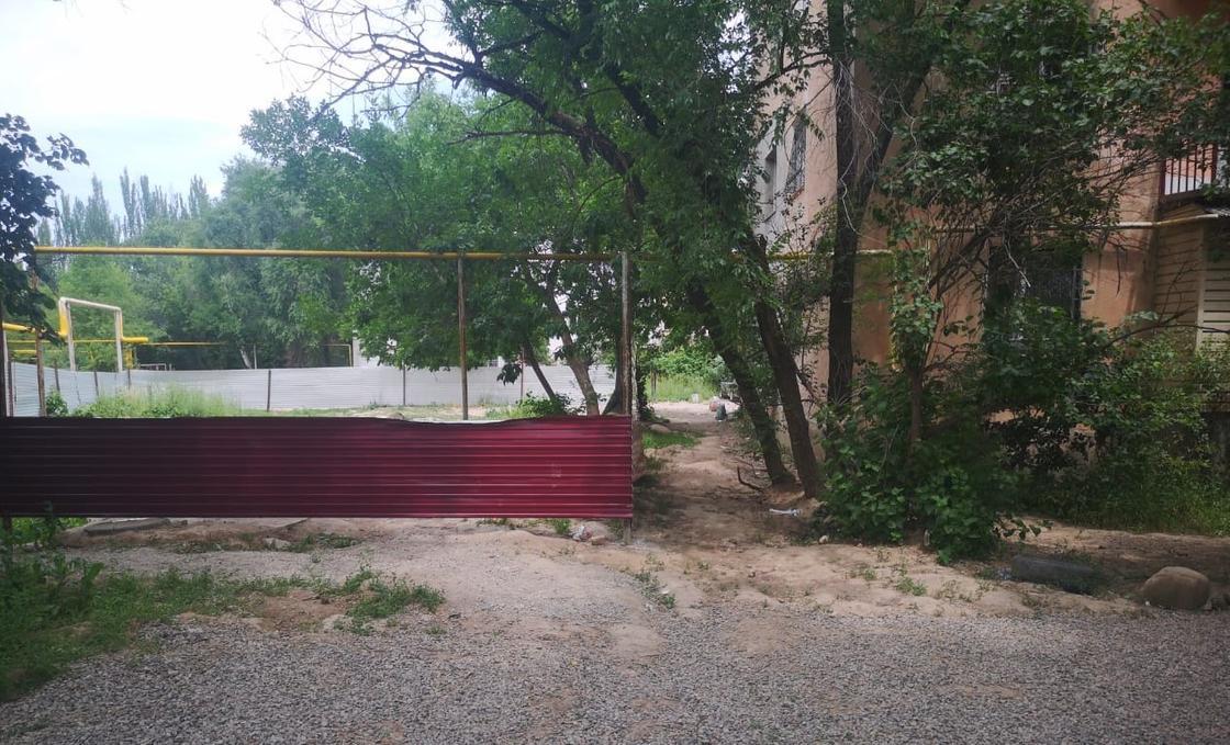 Расстояние между стройкой и жилым домом совсем небольшое. Фото предоставлено местным жителем