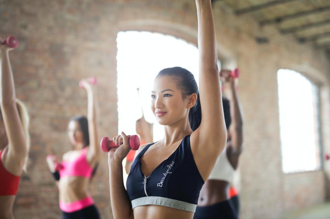 Девушки занимаются фитнесом с утяжелителями
