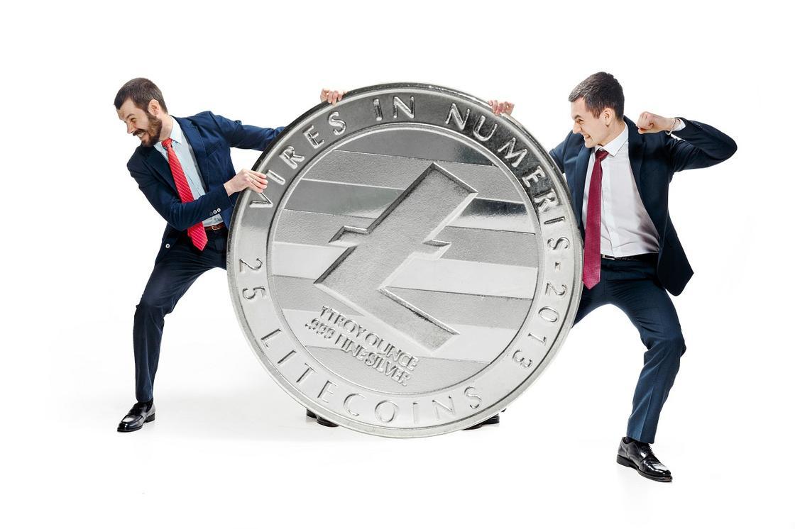 Мужчины борются за монету