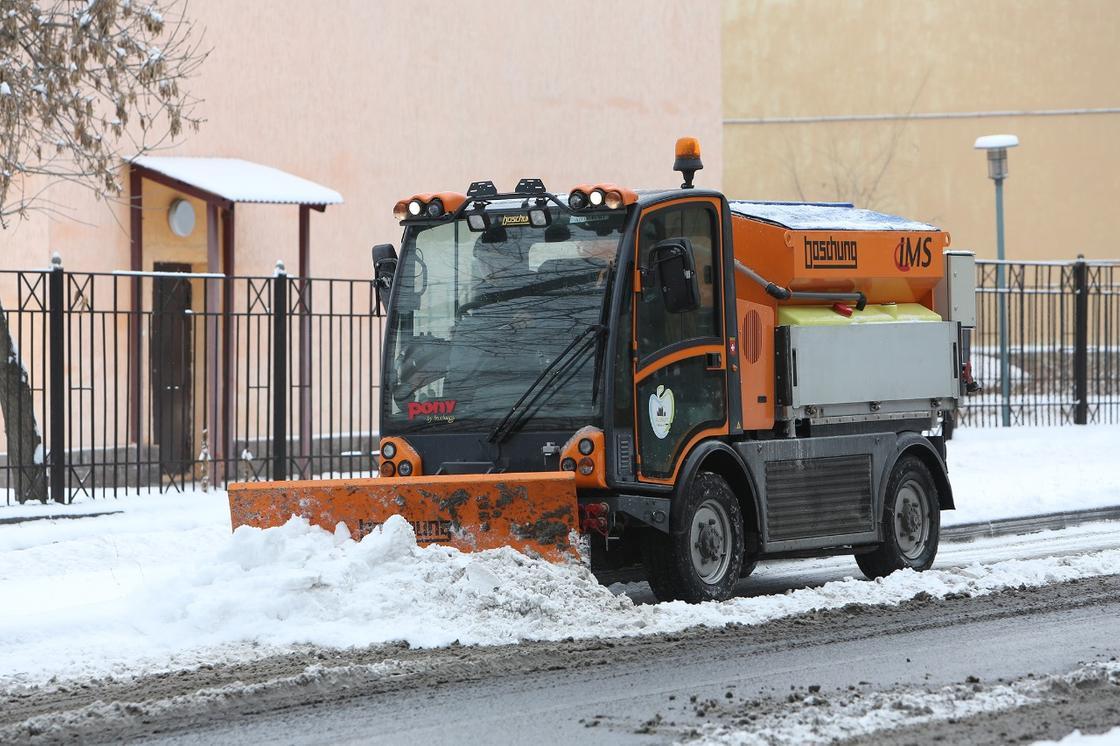 дорожные службы убирают снег в Алматы