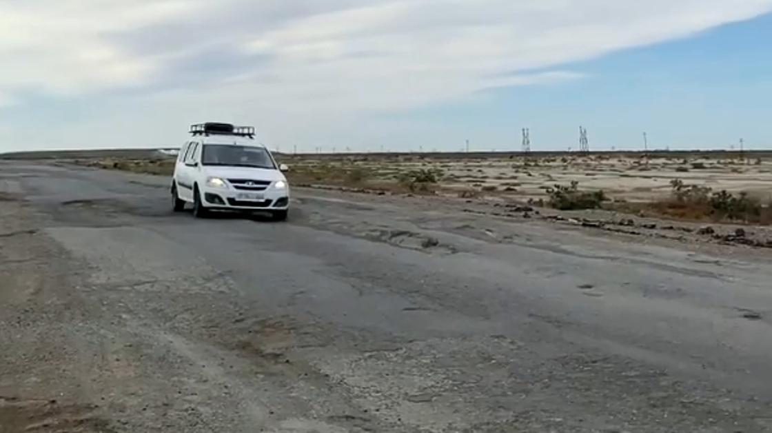 Автомобиль едет по трассе Атырау-Астрахань