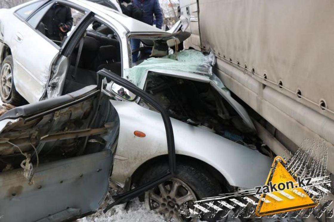 Фура врезалась в легковушку в Алматинской области: два человека погибли