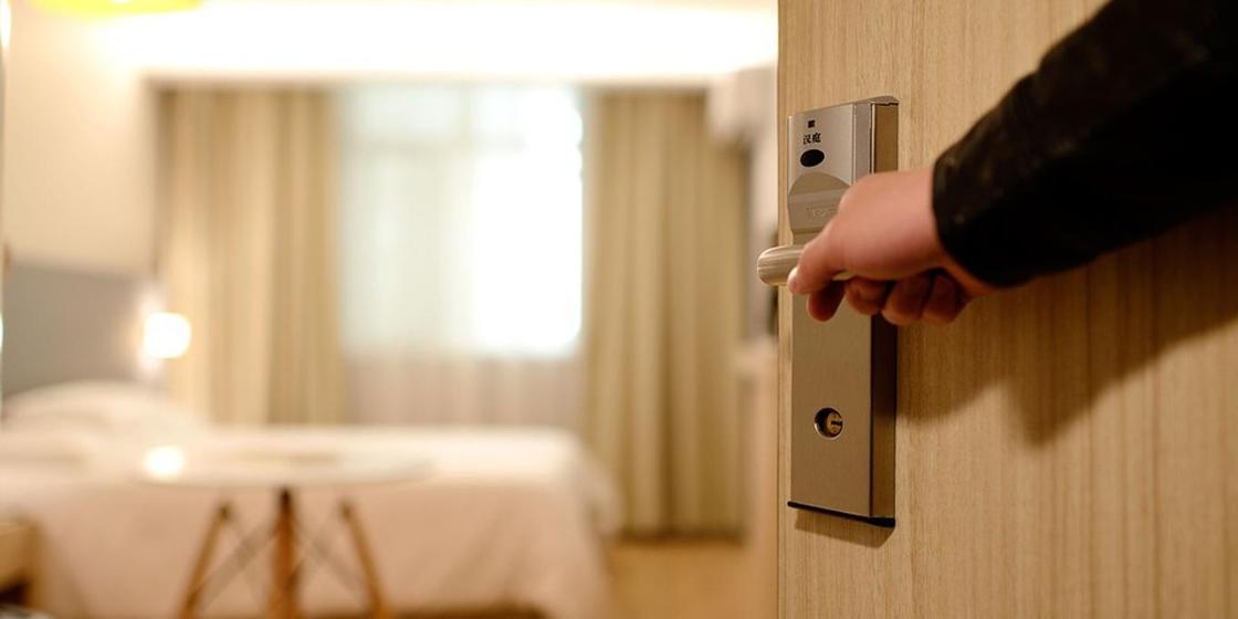 Отказавшихся спасти жизнь пенсионеру сотрудников отеля публично пристыдили