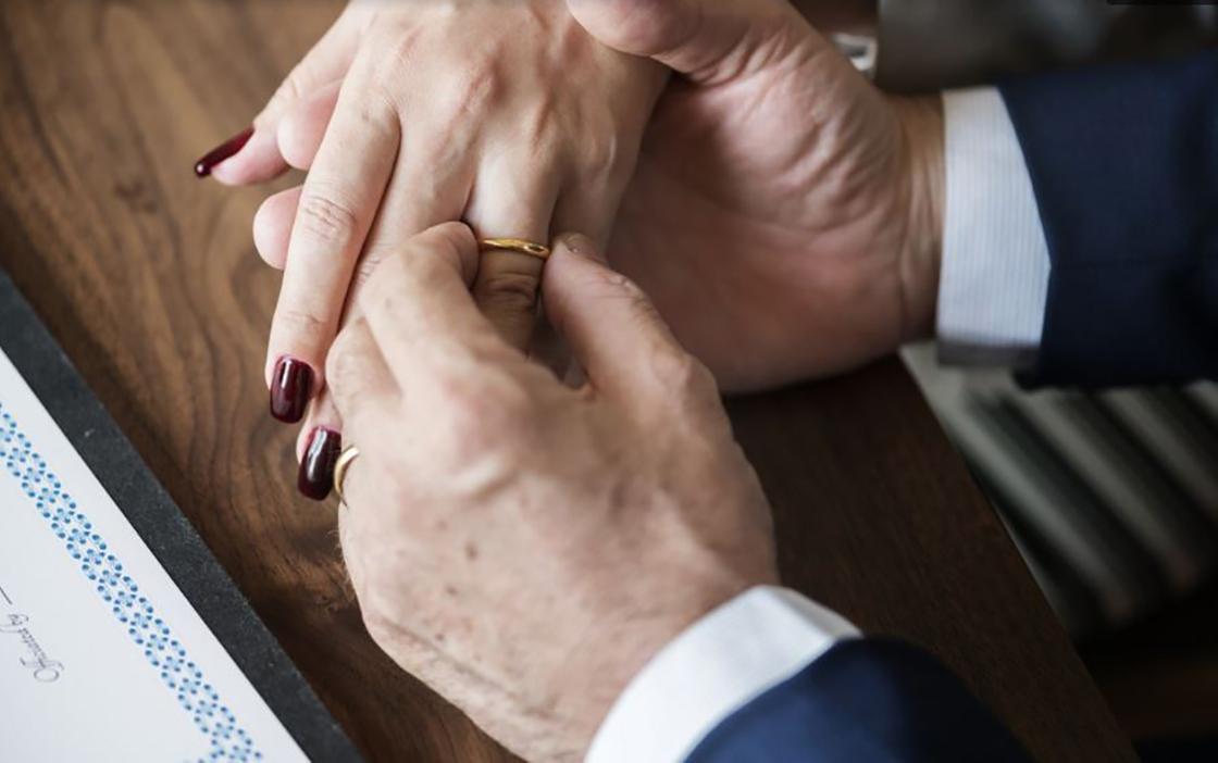 21.12 Житель Атырау рассказал, как его мама в 50 лет вышла замуж за богатого человека